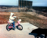 Mädchen auf Fahrrad - Weinlese stockfotografie
