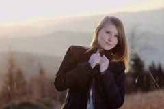 Mädchen auf Feld stockfotografie