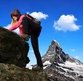 Mädchen auf Felsen Stockbild