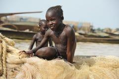 Mädchen auf Fischernetz Lizenzfreie Stockbilder