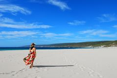 Mädchen auf Freizeitweg auf Strand Stockbild