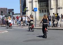Mädchen auf gemieteten Fahrrädern in Frankreich Stockbilder