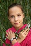 Mädchen auf Grün lässt Hintergrund Lizenzfreie Stockbilder