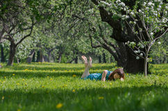Mädchen auf grünem Feld lizenzfreie stockfotos