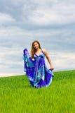Mädchen auf grünem Gras Lizenzfreie Stockfotografie