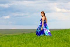 Mädchen auf grünem Gras lizenzfreie stockbilder