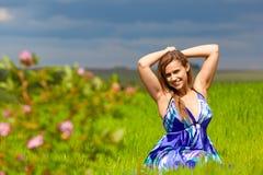 Mädchen auf grünem Gras stockbilder