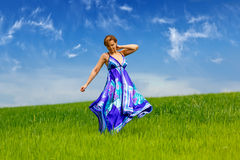 Mädchen auf grünem Gras stockbild
