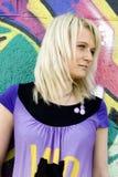 Mädchen auf Graffitihintergrund Lizenzfreies Stockfoto