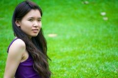 Mädchen auf Gras lizenzfreies stockbild