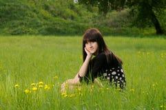 Mädchen auf Gras Lizenzfreies Stockfoto