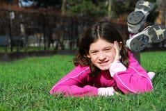 Mädchen auf Gras Lizenzfreie Stockbilder