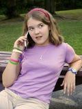 Mädchen auf Handy lizenzfreie stockfotografie