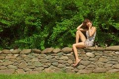 Mädchen auf Handy Lizenzfreies Stockfoto