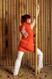 Mädchen auf Hintergrund des Bambusses Stockbilder