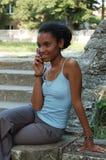 Mädchen auf ihrem Mobiltelefon lizenzfreie stockfotografie