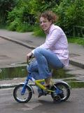 Mädchen auf kleinem Fahrrad Stockbild