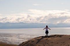 Mädchen auf Klippe mit Arm-Verbreitung Lizenzfreie Stockfotografie