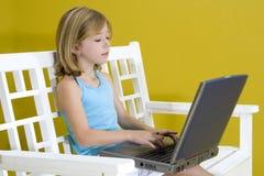 Mädchen auf Laptop Lizenzfreie Stockfotos