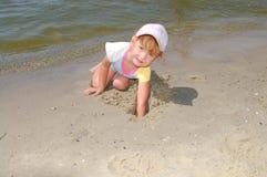 Mädchen auf Meer stockbild