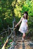 Mädchen auf mystischen Treppen Stockfotografie