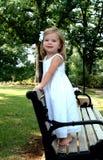 Mädchen auf Park-Bank Lizenzfreie Stockfotos