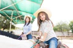 Mädchen auf Pferd während Hippotherapy-Sitzung lizenzfreie stockbilder