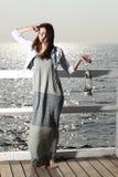 Mädchen auf Pier mit Kerosinlampe Lizenzfreies Stockfoto
