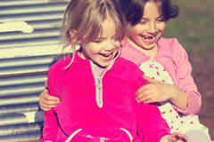 Mädchen auf Plättchen Stockfoto