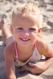 Mädchen auf Sand stockfotografie