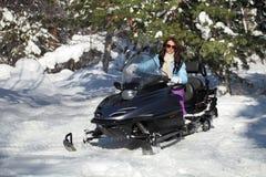 Mädchen auf Schneemobil fahrung lizenzfreie stockfotos
