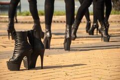 Mädchen auf schwarzen hohen Streifenhügeln lizenzfreies stockfoto