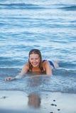Mädchen auf Seestrand Lizenzfreie Stockfotos