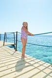 Mädchen auf Seeufer Stockfoto