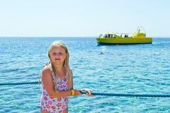 Mädchen auf Seeufer Stockbild