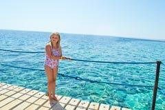 Mädchen auf Seeufer Lizenzfreie Stockfotos