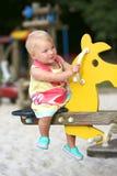 Mädchen auf Seitenruder im Spielplatz Lizenzfreie Stockfotos