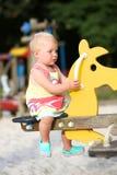 Mädchen auf Seitenruder im Spielplatz Stockfoto