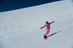 Mädchen auf Snowboard stockfoto