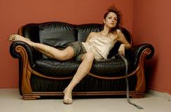 Mädchen auf Sofa Stockfotografie