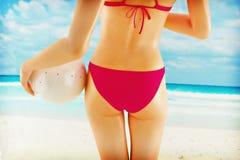 Mädchen auf Sommerstrand mit Kugel Stockfotografie
