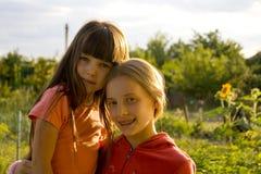 Mädchen auf Sonnenuntergang lizenzfreie stockfotos