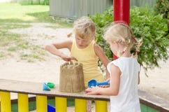 Mädchen auf Spielplatz Lizenzfreies Stockbild