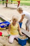 Mädchen auf Spielplatz Stockfoto