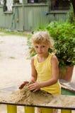 Mädchen auf Spielplatz Stockbild