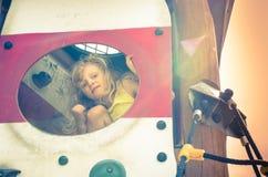 Mädchen auf Spielplatz Stockfotos
