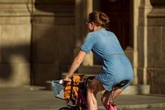 Mädchen auf Stadtfahrrad lizenzfreie stockfotografie