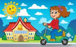 Mädchen auf Stoßroller nahe Schule Stockfoto