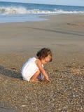 Mädchen auf Strand Stockbild