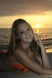 Mädchen auf Strand bei Sonnenaufgang Lizenzfreie Stockbilder